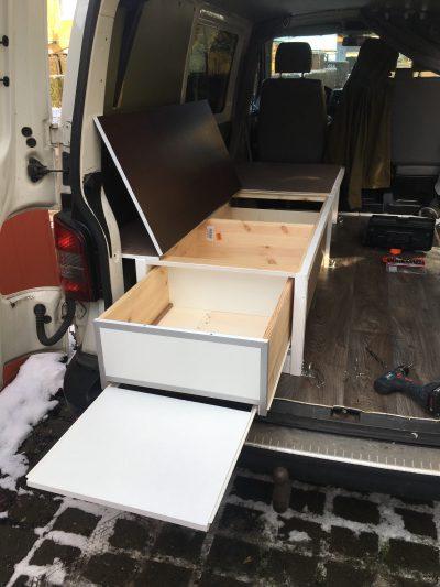Ausziehfach und Küchenzeile im Eigenbau Bett des VW T5 Campers