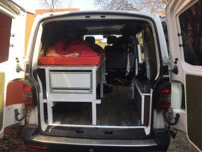 Hohe Einmann Bettkonstruktion für zusätzlichen Stauraum im Bus