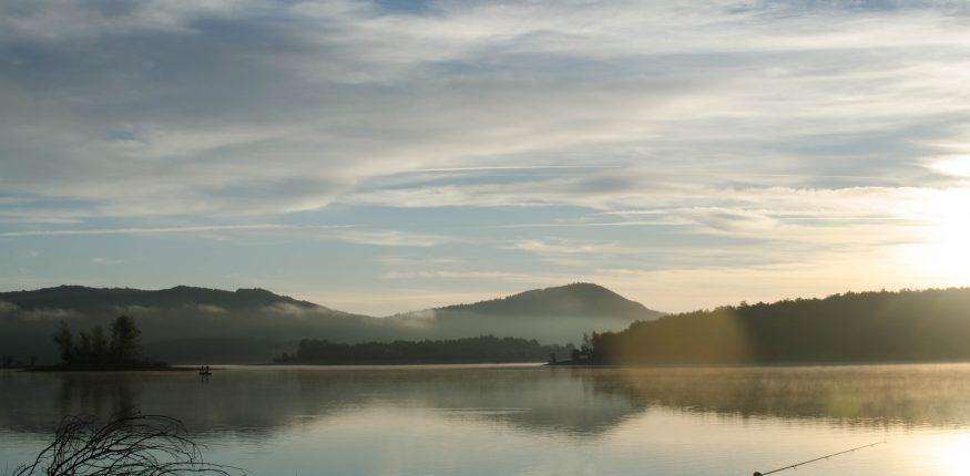 wunderschöner Sonnenaufgang an einem See in den Pyrenäen