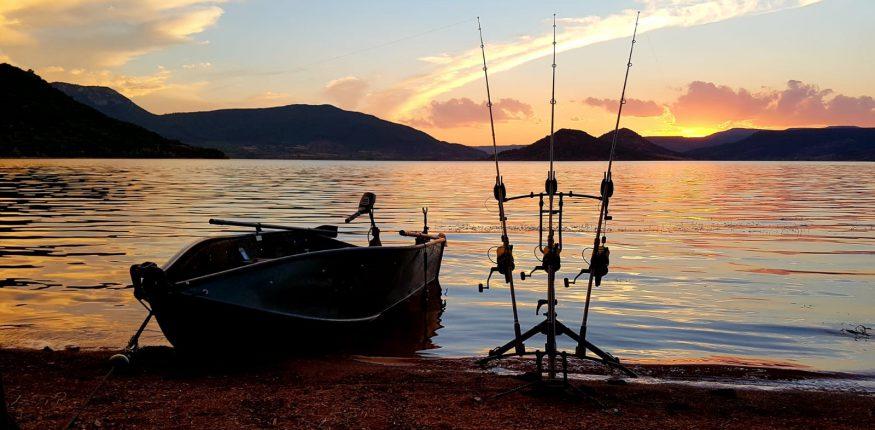 Sonnenuntergang beim Karpfenangeln im Sommer am Lac du Salagou
