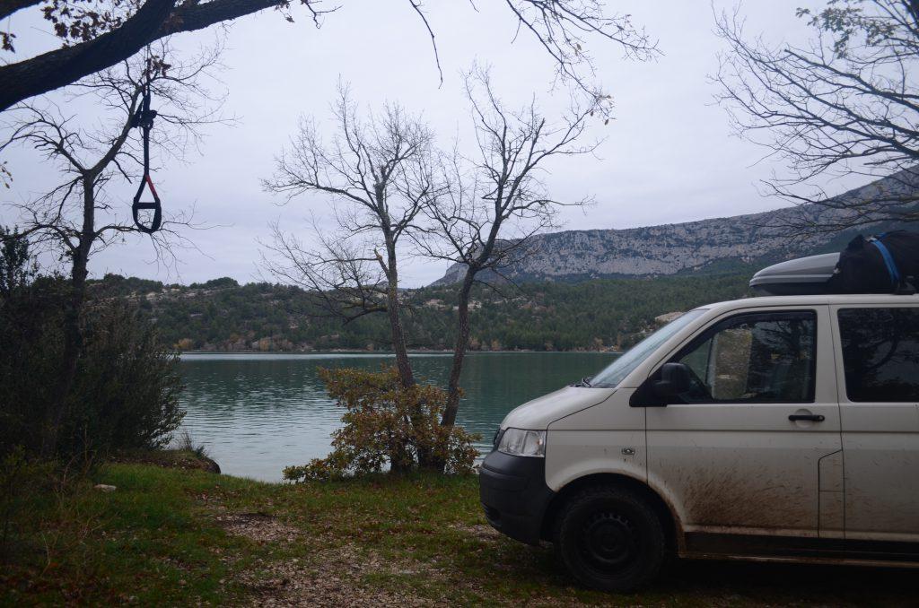 Frühsport am Lac du Saint Croix in Frankreich beim Vanlife