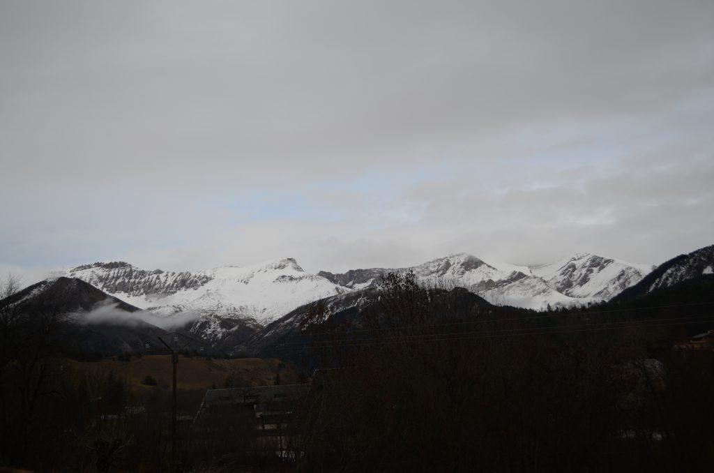 Schnee auf den Gipfeln der französischen Alpen
