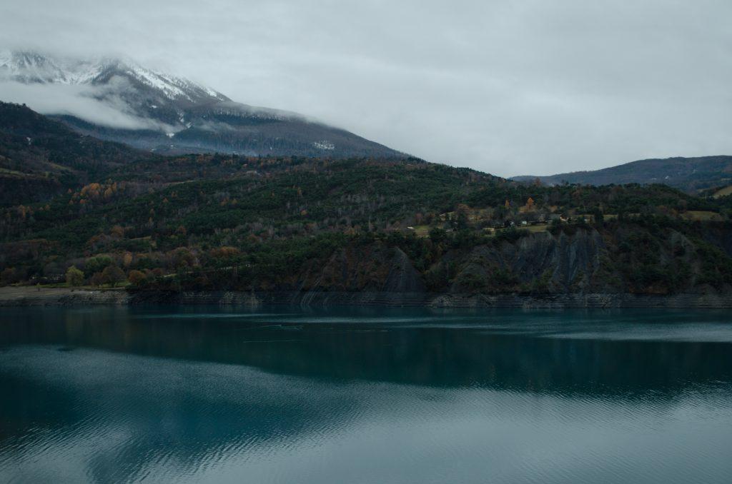 Lac de Serre Poncon Stausee mit 2700ha in Frankreich in den Alpen