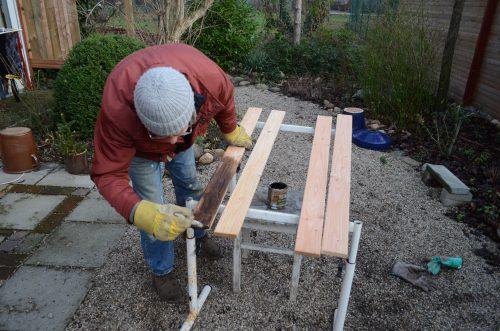 Holzlatten für den Dachgepäckträger mit Holzlasur bestreichen