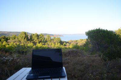Digitaler Nomade mit dem Laptop Online Geld verdienen
