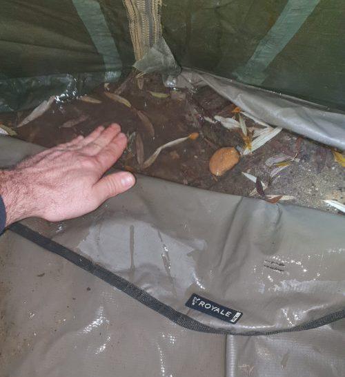 Nach starkem Regen stand viel Wasser unter der Fox Bodenplane
