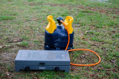 Gasflasche und Camping Zweiflammenkocher
