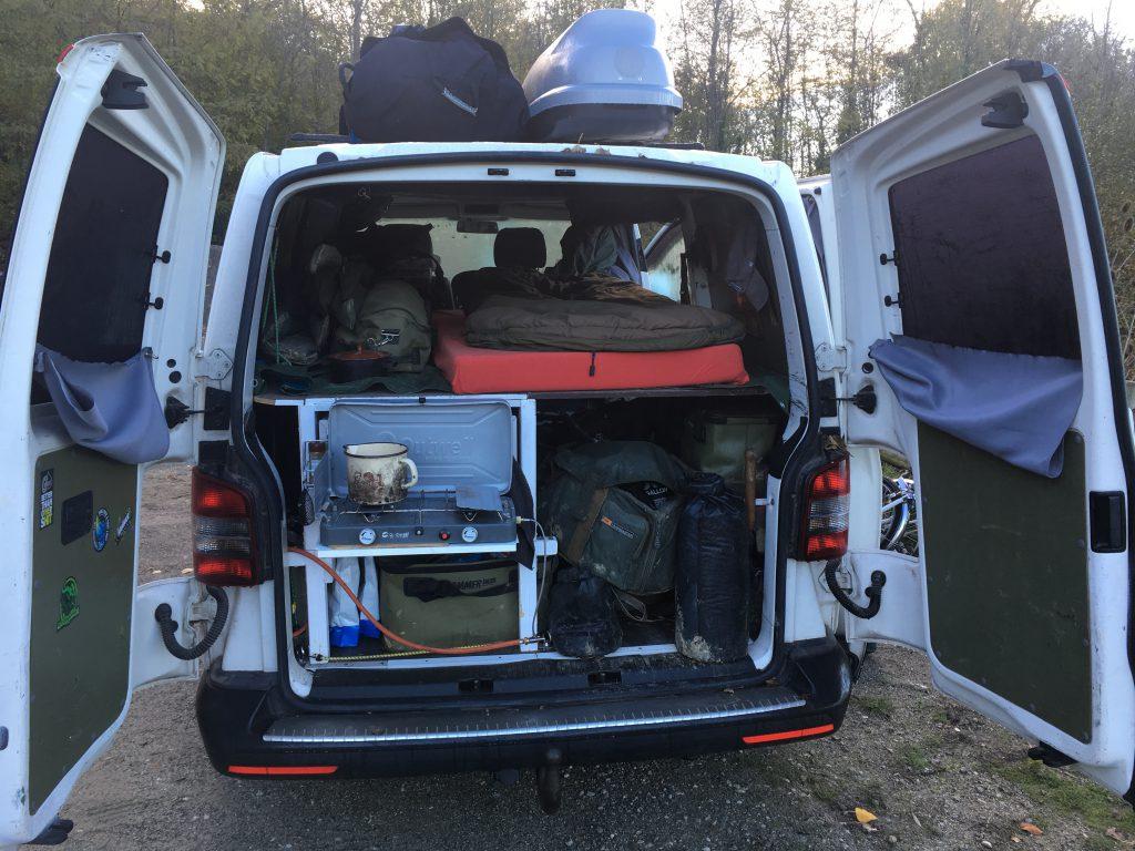 umgebauter Campervan zwei Mann Bett Küche